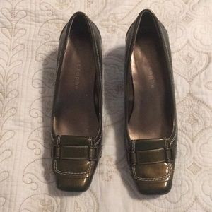 Apostrophe olive green patent leather pumps